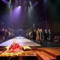 Et meget enkelt scenografi opplegg, som dessverre ikke skuespillerne klarer å fylle opp. Foto: Erik Aavatsmark