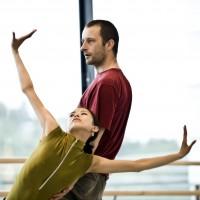 Jo Strømgren i arbeid med Nasjonalballettens dansere. Foto: Erik Berg, Den Norske Opera & Ballett.