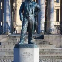 Johan Halvorsen skulpturert av Per Ung, Statuen står foran musikkpaviljongen på forsiden av Nationaltheatret i Oslo. Foto: Henning Høholt