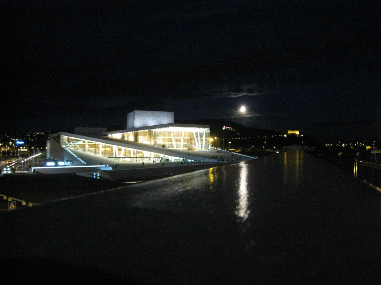Operaen i Bjørvika med fullmåne. Foto: Henning Høholt