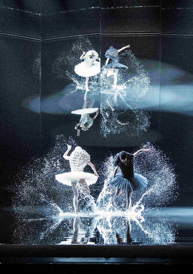 A Swan Lake, world premiere in Oslo  .  Camilla Spidsøe som Odette, den hvite svanen og Melissa Hough som Odile, den sorte svanen  . Kostymer Henrik Vibskog. Foto Erik Berg
