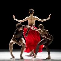 Bella Figura by Jiri Kylian. Dancers: Maiko Nishino; Eugenie Skilnand; Kaloyan Boyadjiev. Foto Erik Berg