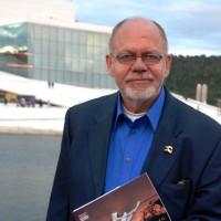 Forfatteren Henning Høholt, (1945-) er redaktør, skribent og kritiker i Kulturkompasset, Han er EU Kulturekspert i Bruxelles for EU Horizont 2020 frem til år 2020. Han har blant annet vært musikksjef for Aalborg  Symfoniorkester, kultursjef i Vardø, torgsjef i Oslo, formann for Operaklubben ved Den Norske Opera 1980-88. Han er klassisk og moderne pianist for bl.a. Rikskonsertene.Kurator for bl.a. utstillinger på Nationaltheatret og i Den Norske Opera m.fl.