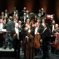 Fra venstre John Fiore, John Lundgren, Ann-Beth Solvang og Christopher Ventris foran Den Norske Operas Orkester. Foto Henning Høholt