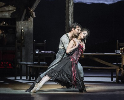 Melissa Hough and Kalloyan Boyadjiev in the beautiful love pas de deux in the second act, after he has finished his month in the prison for letting Carmen run away, when she was areste din the first act. Beautifl. Foto Erik Berg.