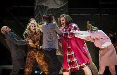 Full hysterisk, dramatisk operaforvirring rundt Mamma - espen Langvik i midten, med primadonnaen Eli Kristin Hanssveen til venstre. Foto Jörg Wiesner