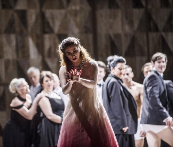 Aurelia Florian som Violetta Valéry i første akten, bemerk mannlige kormedlemmer bak med bukserne dratt ned. Primitivt . La Traviata, 2015. Foto Erik Berg,