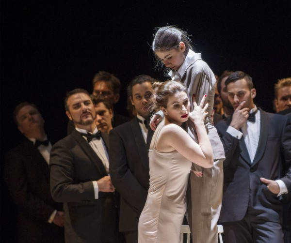 Aurelia Florian som Violetta Valéry., beskytter Alfredos søster, Anna Rosenlund  mot innpåslitne mannfolk i andre akten av  La Traviata, 2015. Foto Erik Berg,