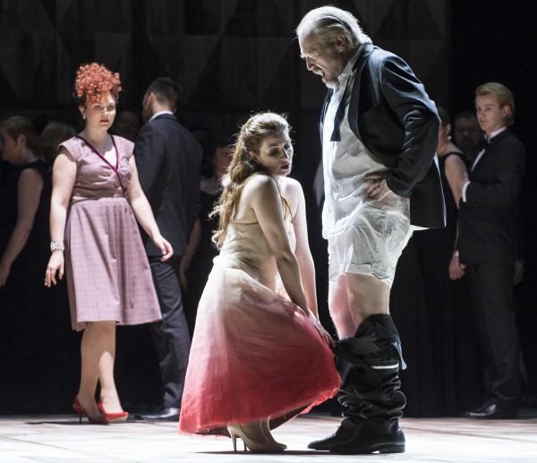 """Noe av det mest malplasserte i denne La Traviata  produskjonen  er, når korets damer og Violetta i første akten drar ned buksene på seriøse vell syngende operasangere, slik som Aurelia Florian gjør med Ketil Hugaas, (Baron Douphol) på dette bilde, uten at dette virker raffinert, eller for den saks skyld sexy, men rett og slett primitivt. Men de aktuelle første klasses sangere, de gjør jo jobben sin, og er loyale mot regissørens """"kunstneriske frihet"""". Dette trenger vi ikke, og dette ødela mye av det flott musikalske,. La Traviata, 2015. Foto Erik Berg,"""