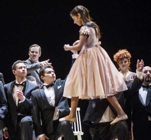 Anna Rosenlund som Alfedos søster sammen med medlemmer av herrekoret i. La Traviata, 2015. Foto Erik Berg,