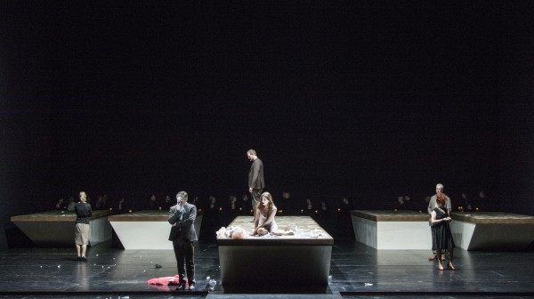 Aurelia Florian som Violetta Valéry i sluttscenen, som ble meget vakker pga koret i sort med slør og tendte gravstedslys i henderne entret scenen, og omkranset den igjenværende delen av scenen, slik at den ble til et gravsted, hvor Violeta til slutt står med en stor bukett hvite Kameliaer. La Traviata, 2015. Foto Erik Berg,