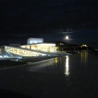 Operaen med fullmåne, slik publikum opplever den når de skal på forestilling på kvelden, slik som den ser ut nettopp nå. (Hvorfor er Kirsten Flagstad statuen ikke opplyst?), foto Henning Høholt