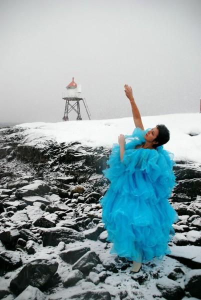 """Solveig Leinan-Hermo feirer 40 års jubileum i år og hennes kompani Stellaris DansTeater 35 års jubileum. En av av nestorene innen norsk moderne dansekunst er """"Still going strong"""" Her godt presenterr en kald vinter dag lengst nord i Norge. GRATULERER"""
