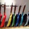 Panner fra Le Creuset i alle regnbuens farger. Foto Henning Høholt