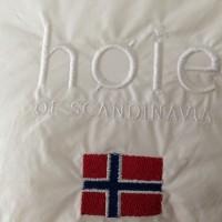 De lekre dun puter og dyner fra Høie of Scandinavia er selvsagt tydelig merket med Høie sin logo, og det norske flagg, slik at man er sikker på at det er riktig kavlitet man kjøper. Foto Henning Høholt