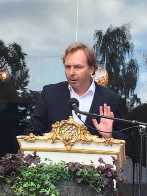 Forlagssjef Mads Nygaard ønsker velkommen og introduserer jurymedlemmet, som skal lese Juryens begrunnelse for tildelingen av Aschehoug prisen 2015. Foto Henning Høholt.