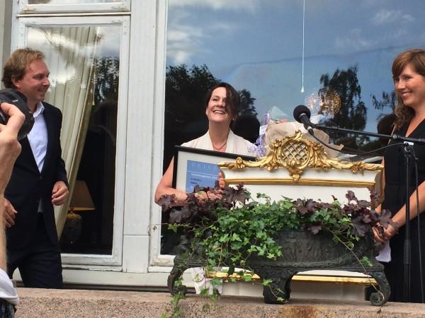 Vigdis Hjorth har nettopp mottatt Aschehugprisen fra forlagssjef Mads Nygaard (tv, assistert av et av juryens medlemmer til høyre. Foto Henning Høholt