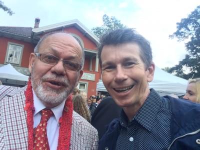 """Den berømte kjendisfotografen og tidligere ballettdanser i Nasjonalballetten John Andresen og redaktør i Kulturkompasset  Henning Høholt - Hurra for enda et godt """"selfie"""","""