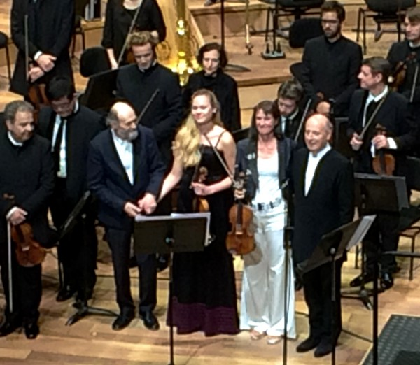 Arvo Pärt (left)  thanking the two violinists Mari Poll and Viktoria Mullova and  the condoctor of Orchestre de Paris Paavo Järvi after Tabula Rasa 20th October at Philharmonie de Paris. Foto Henning Høholt