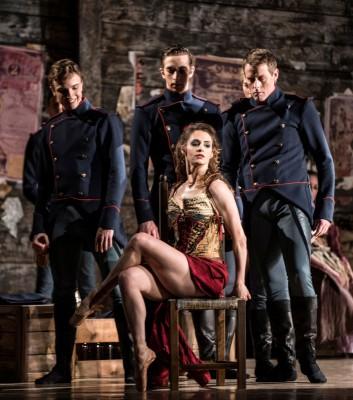 Melissa Hough surronded by Soldiers in Liam Scarletts Carmen. Foto Erik Berg