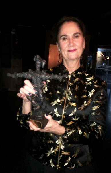 Lise Nordal med Nina Sundbys skulptur Narren - Danseinformasjons Ærespris, etter overrekkelsen på Dansens Hus, 15.10.2015. Foto Henning Høholt