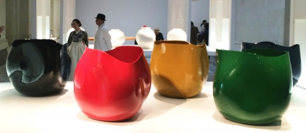 Ceramic in strong Colours, and in white (behind). Foto Henning Høholt