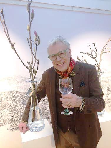 Finn Schjøll med sitt nye glass (i hånden) fra FINNS HAGE GLass og med sin nye høye flotte glass vase, til venstre. Foto Henning Høholt