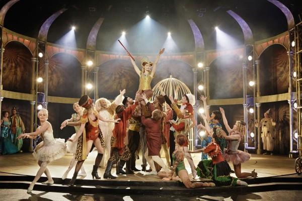 Herborg Kråkevik og ensemblet, her i andre aktens cirkus karneval. Foto J. P  . Lorentz