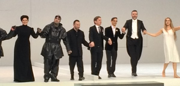 Applause after world premiere of the opera SOUTH POLE by Miroslav Senka at Bayerisches Stastaoper, Munich. from left: Rolando Villazon (Scott), Kirill Petrenko, conductor Miroslav Senka, composer, Tom Holloway, libretto, Thomas Hampson, (Amundsen), Mojca Erdmann, Landlady for Amundsen. Foto: Henning Høholt