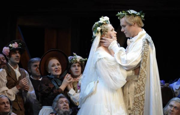 Julia Kleiner, left as Eva, and Brandon Jovanovic, right, in their wedding scene, also act. Foto Vintent Pontet