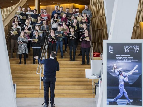 Operakoret synger fra Benjamin Brittens War Requiem.