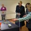 """Dronningen og Presidentfruen besøkte Oscarshall, der Dronning Sonja viste fram deler av årets utstilling """"Smakebiter"""". Foto: Sven Gj. Gjeruldsen, Det kongelige hoff"""