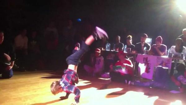 Breakdance, her Kevin Haugan i full aktivitet. Arkivfoto fra Bårdar