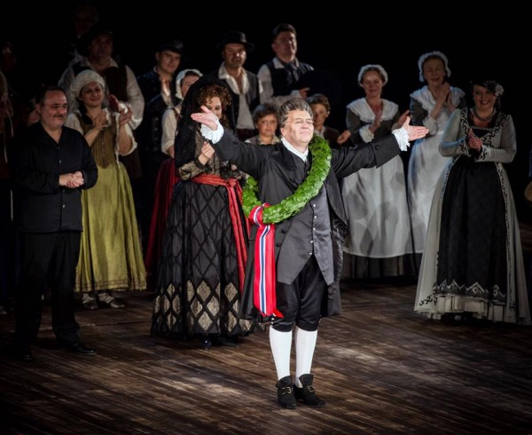 Ketil Hugaas hylles med laubærkrans, men han kommer nok ikke til å hvilke noe særlig på laurbærene, for han har allerede sagt ja til å bli kultursjef i sin hjemkommune Fauske. Foto: Den Norske Opera og Ballett.