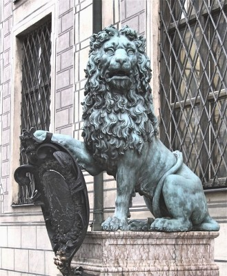 The Lion by the entrance port to the Residence in Munich, foto Tomas Bagackas