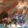 Dronning Margrethe, omgitt av musikeren Oh Land, til høyre, og den russiske koreograf Yuri Possokhov  til venstre, under pressekonferansen på Pantomimeteatrets scene. Foto fra Euronews - Tivoli.