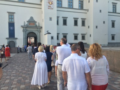 Long queue to enter The Grand Duke Palace Yard in Vilnius before the opera concert. The security check went good and fast. Foto Tomas Bagackas