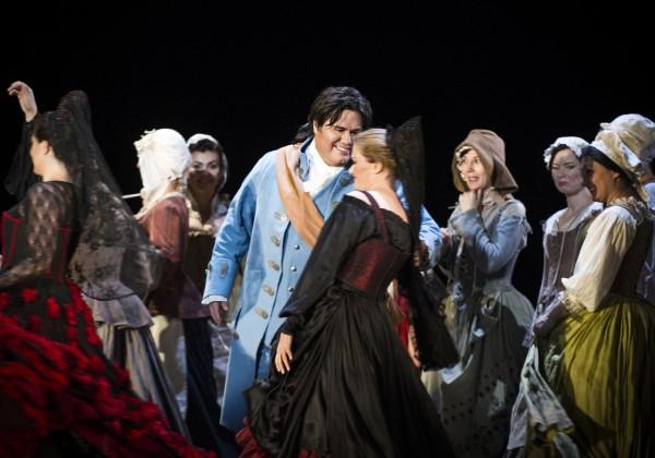 Figaro, Yngve Søberg, flirter med en av de spanske danserinnene. Foto Jörg Wiesner.