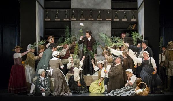 Espen Langvik som Grev Almaviva i midten, omgitt av kvinnelige medlemmer av DNOS kor og med Figaro- Yngve Søberg til venstre.