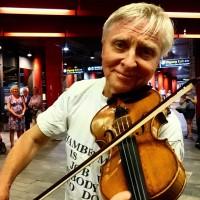 Grunnlegger og leder Arve Tellefsen er selvsagt tilstede som vært, slik som han pleier å være. Her i et arkivfoto fra festivalen fra i fjor, hvor han selv spilte live på Nasjonaltheatrets stasjon. Foto fra Festivalens hjemmeside.