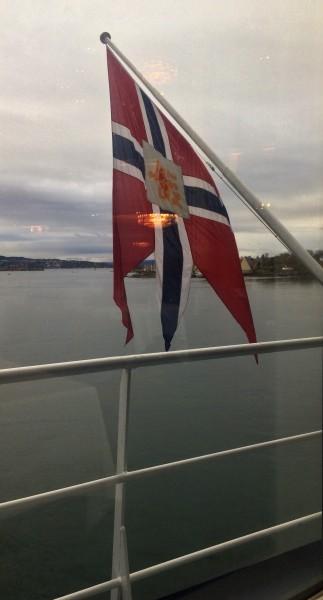 Stemningsbildeover Oslo fjorden,  med det norske flagg, fra vinduet i a la carte restaur anten. foto: Tomas Bagackas.