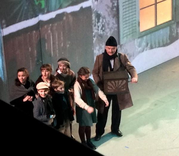 Lirekassemanden og 6 barn fra Operaens Barnekor er med og kaster glans over prologen. Foto Henning Høholt