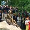 Etter avdukningen. Dronning Sonja og skulptøren Kirsten Kokkin besiktiger skulturen av dronningen på en stein fra i Valdress. Foto Henning Høholt.