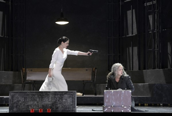 Left: Elena Tsallagova as Bertha, Jean´s beloved, and Clementine as his mother Fides. Photos: Deutsche Oper, Berlin.