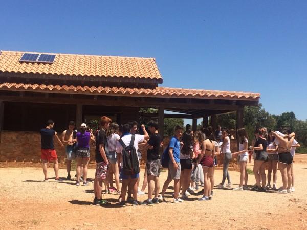 Ungdommer som skal på besøk i Montesino Grotten. Foto Henning Høholt